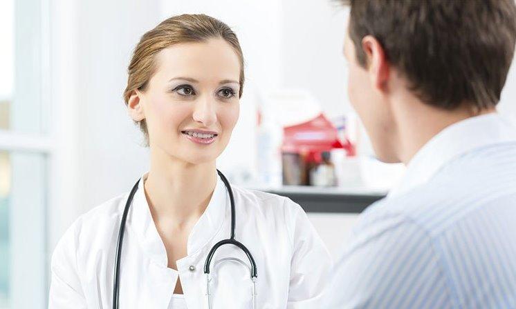 يبحث الطبيب في فحص الدم الجديد عن إمكانية الإصابة بالزهايمر