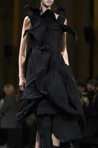 فستان أسود ميدي من Yohji Yamamoto