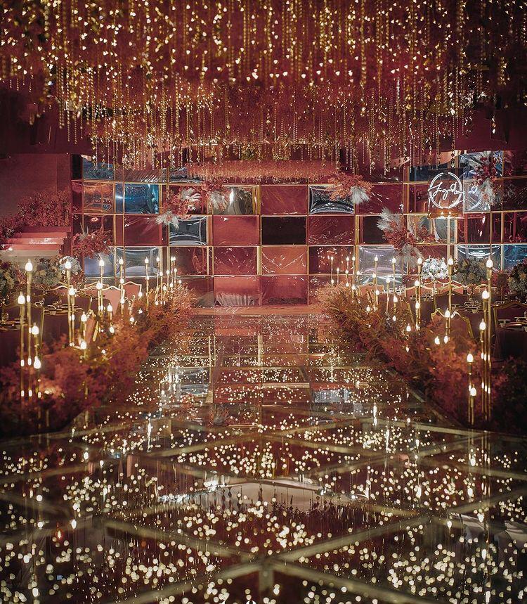 حفل زفاف فخم بديكور أضواء الليد والشموع