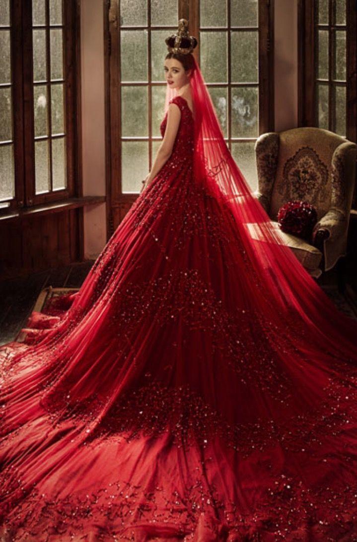 الأحمر لفساتين الزفاف