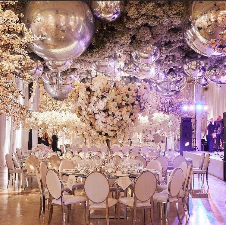 حفل زفاف فخم بديكور من البالونات الضخمة وثريات الورود