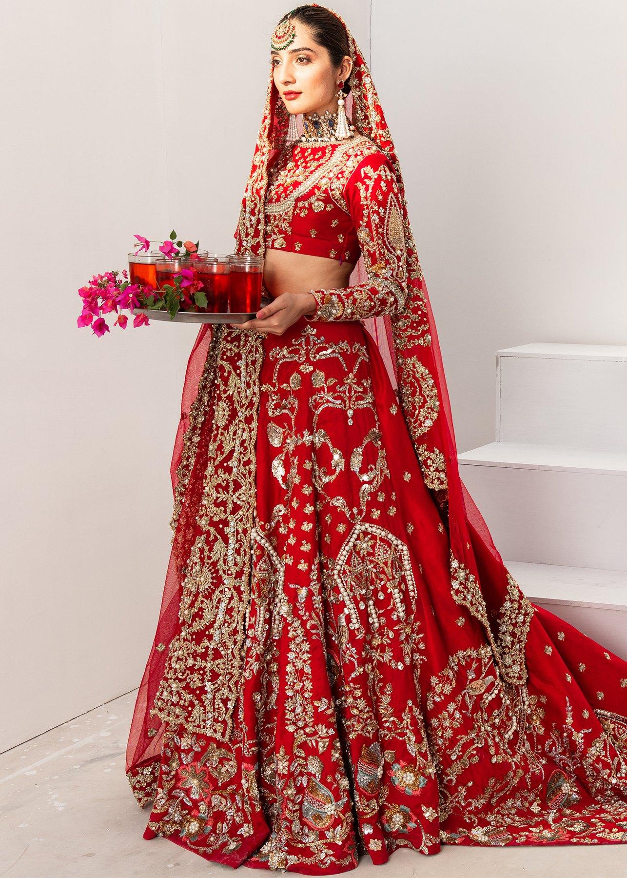 فساتين هندية باللون الأحمر