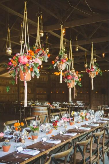 ثيم زفاف بالثريات التي تتدلى منها أحواض الزهور الملونة