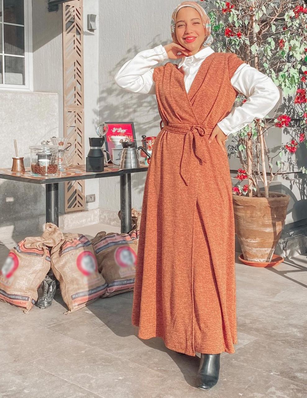 مريم سيف بفستان ناعم حيادي اللون