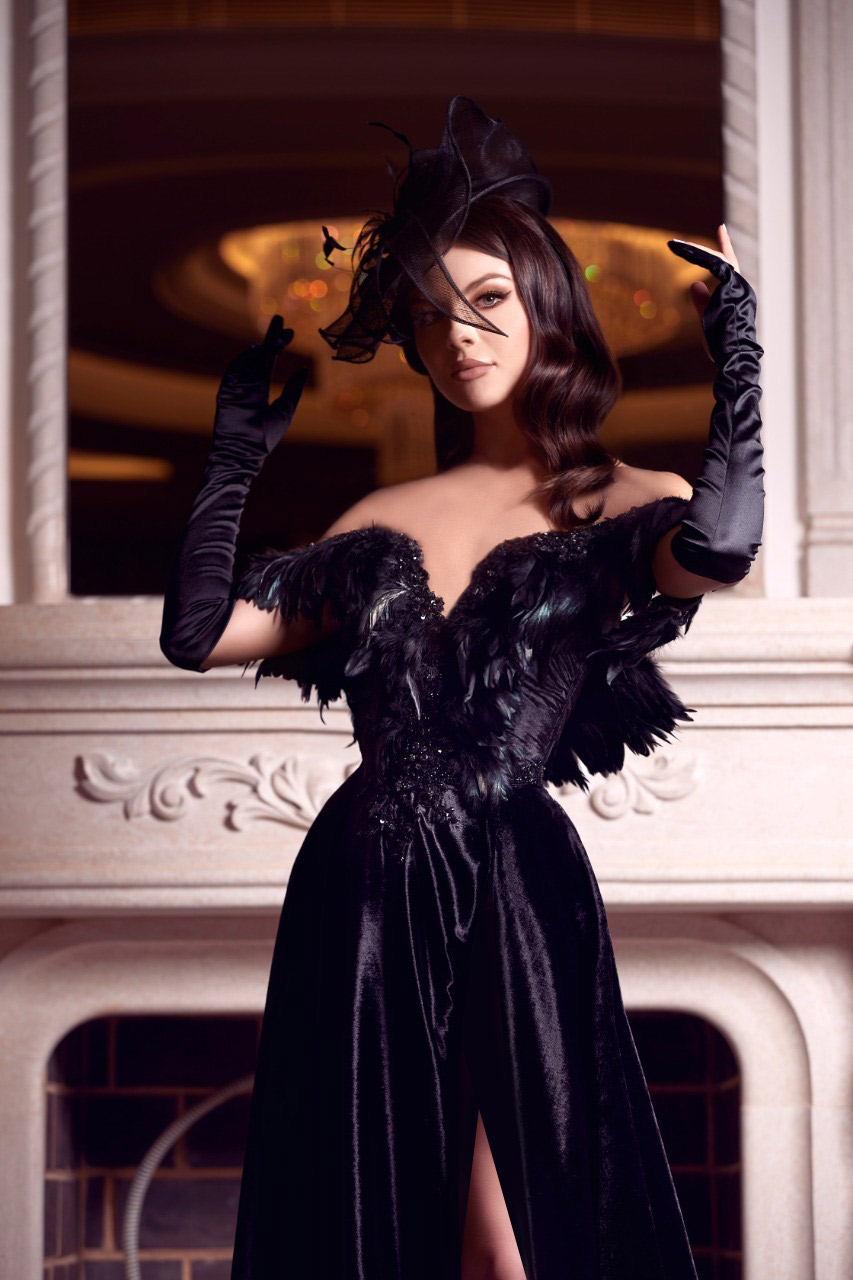 فستان أسود طويل من توقيع المصمّم رامي سلمون