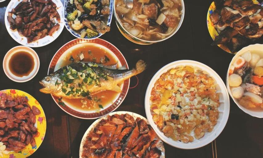 العائلات الصينية تأكل اللحوم والأسماك احتفالا بالسنة الصينية الجديدة