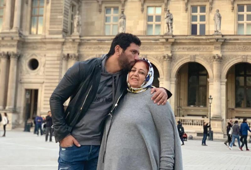 حسن الرداد لا يزال في حالة حداد على والدته