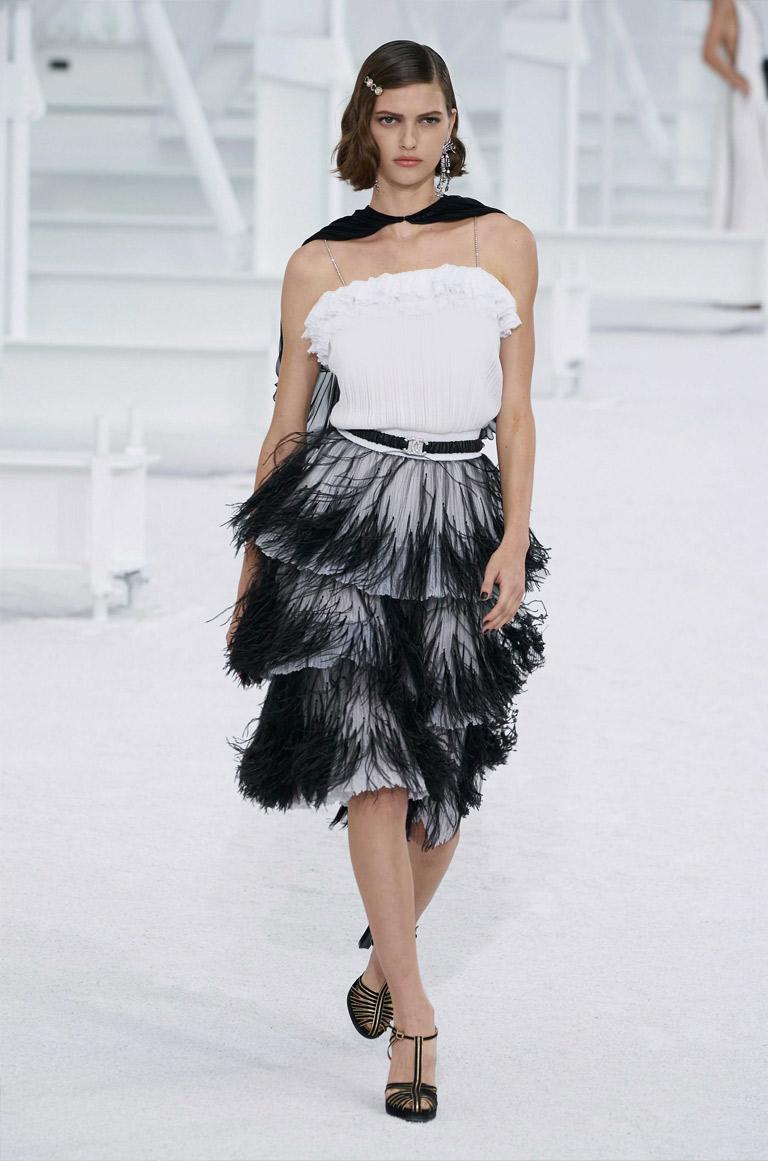 فستان أبيض وأسود بالشراريب من شانيل Chanel