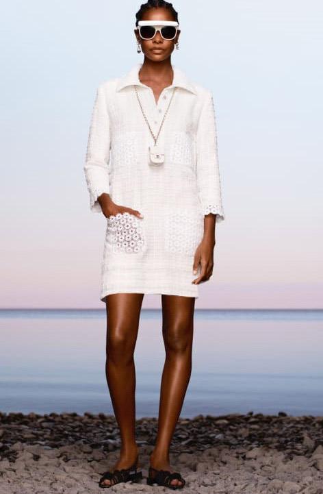 فستان أبيض بياقة عريضة من شانيل