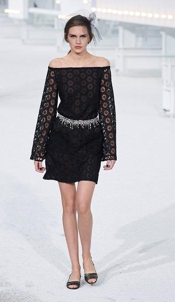 فستان قصير أسود بالدانتيل من شانيل Chanel