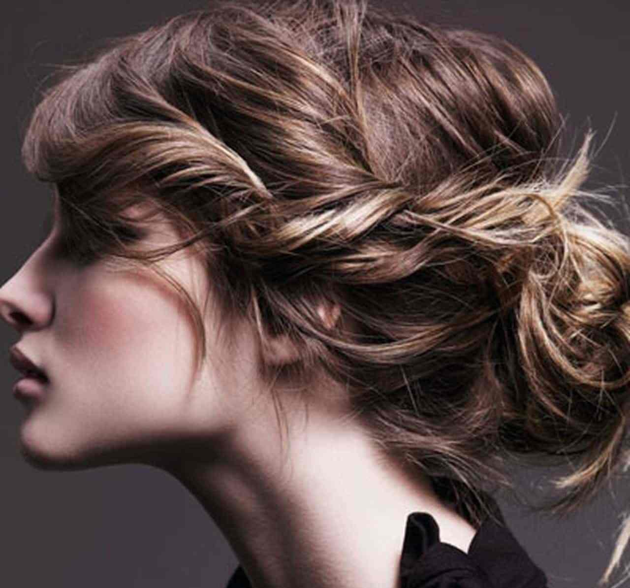 تسريحة كعكة الشعر الرخوة على شكل قوس لإطلالة أنثوية