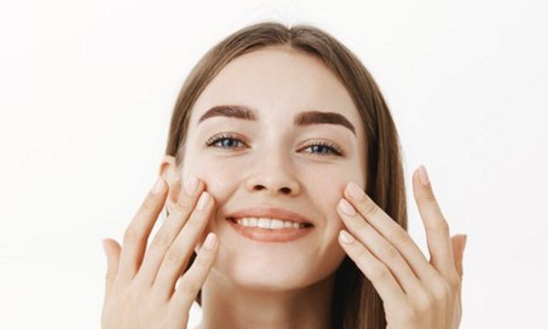 يمنع نمو الشعر الزائد في الوجه