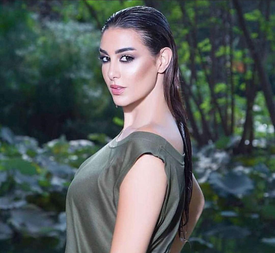 ياسمين صبري تتألّق بتسريحة شعر كاريه مسحوبة الى الخلف