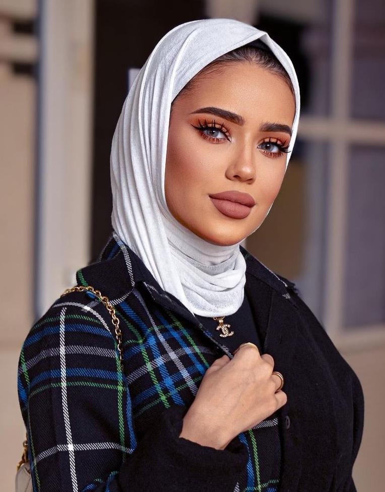 مدونة الموضة الكويتية سارة الدهيم بطرحة القطن