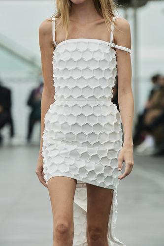 فستان أبيض من Coperni