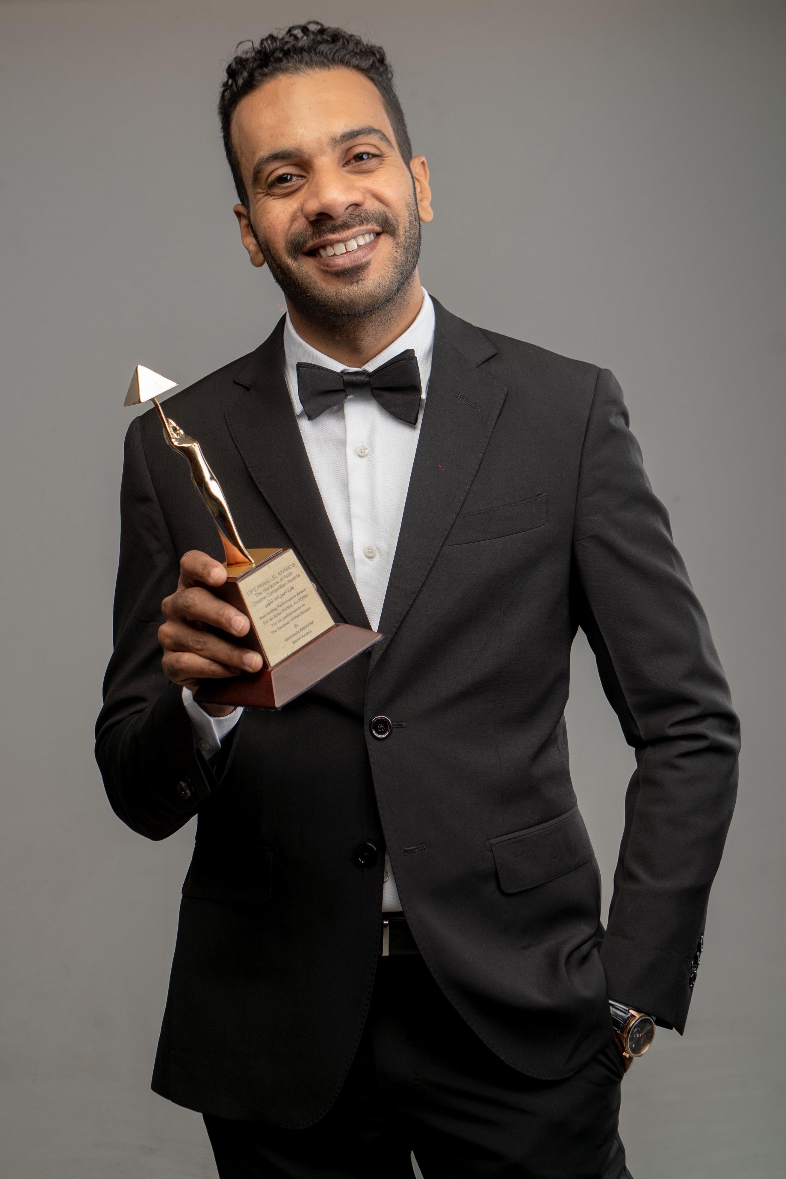 فيصل الدوخي يحمل الجائزة