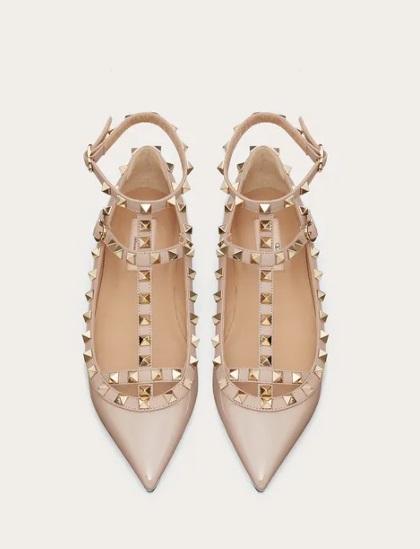حذاء بيج مسطح من فالنتينو