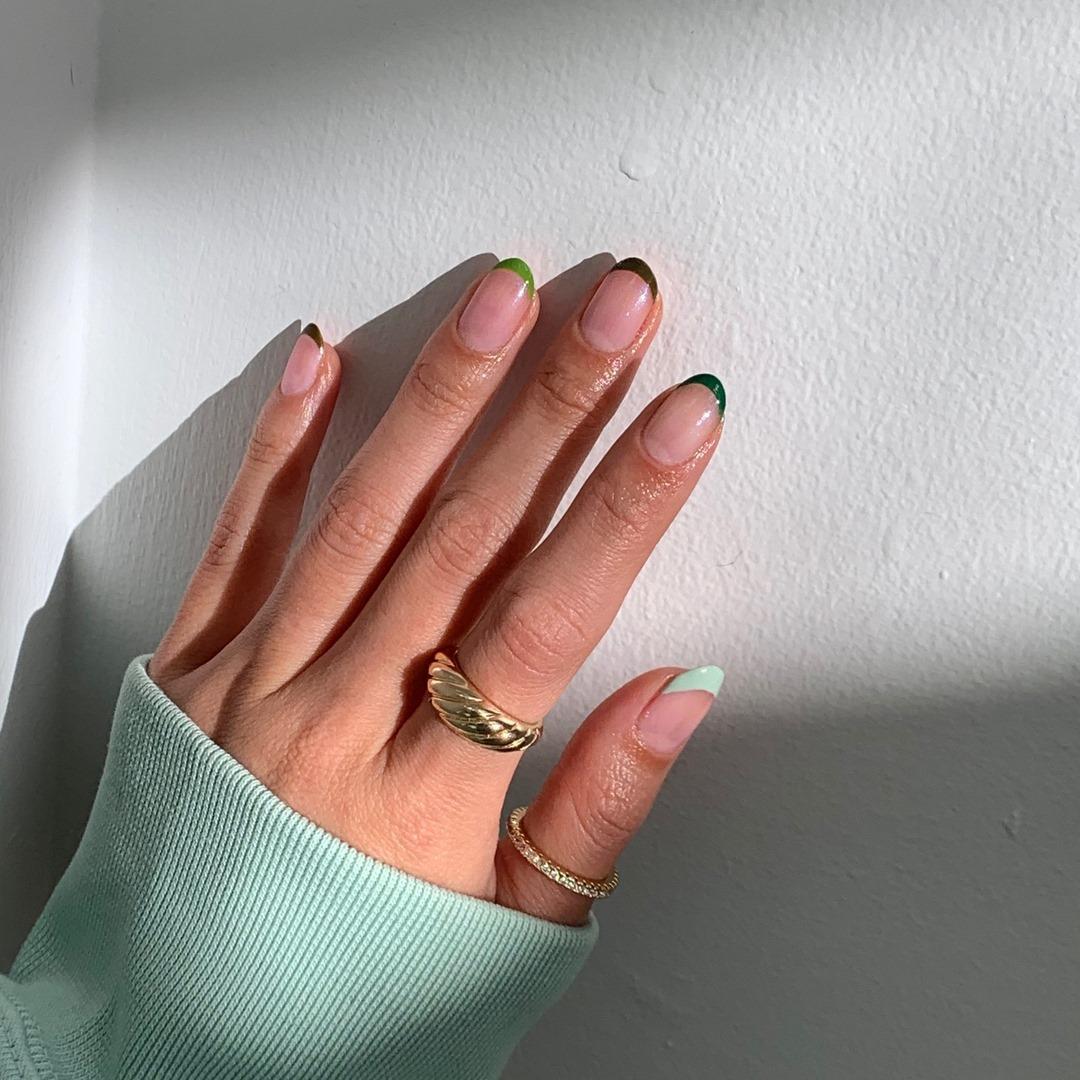المناكير الفرنسي الأخضر (الصورة من إنستقرام)