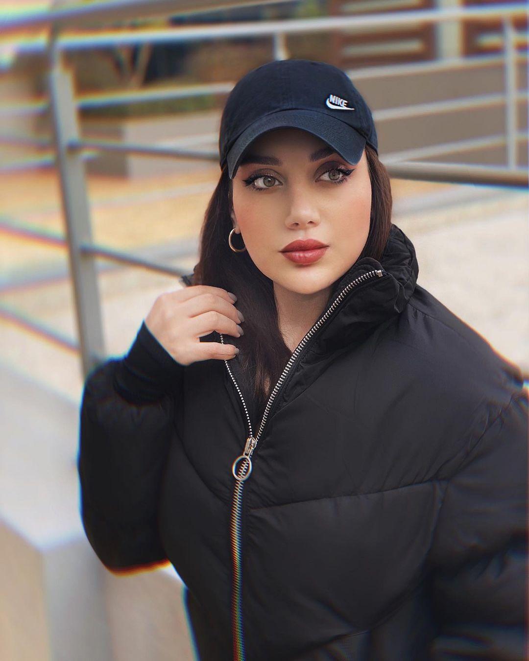 مكياج ناعم مع الشعر المستقيم والقبعة الرياضية (الصورة من إنستقرام)