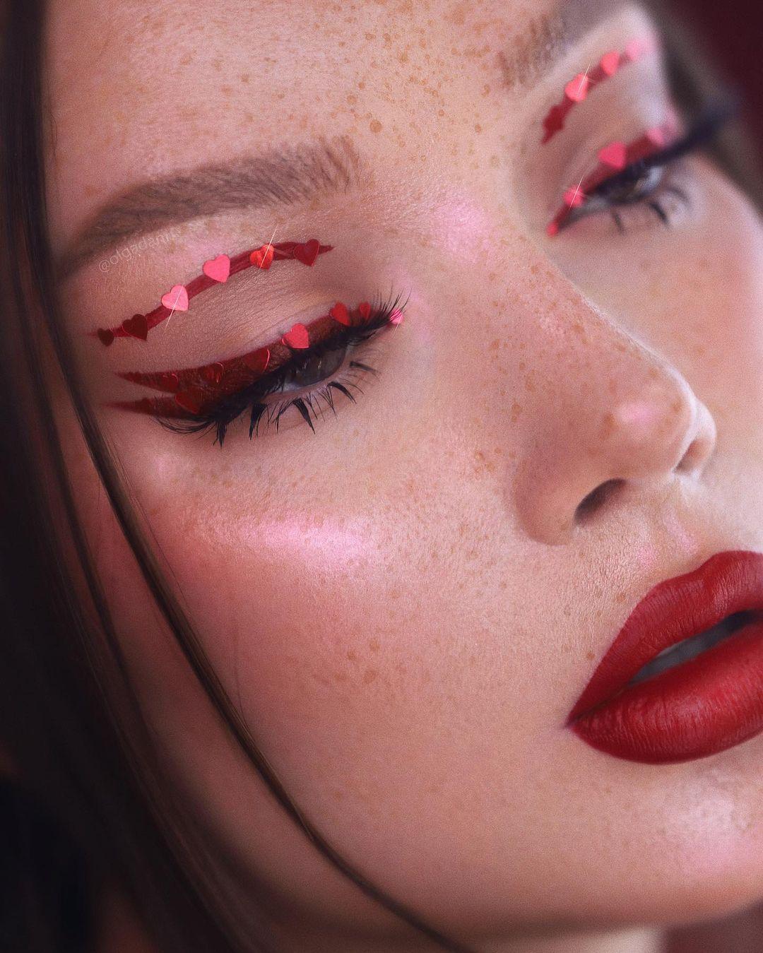 مكياج عيون أحمر مرصع بالقلوب