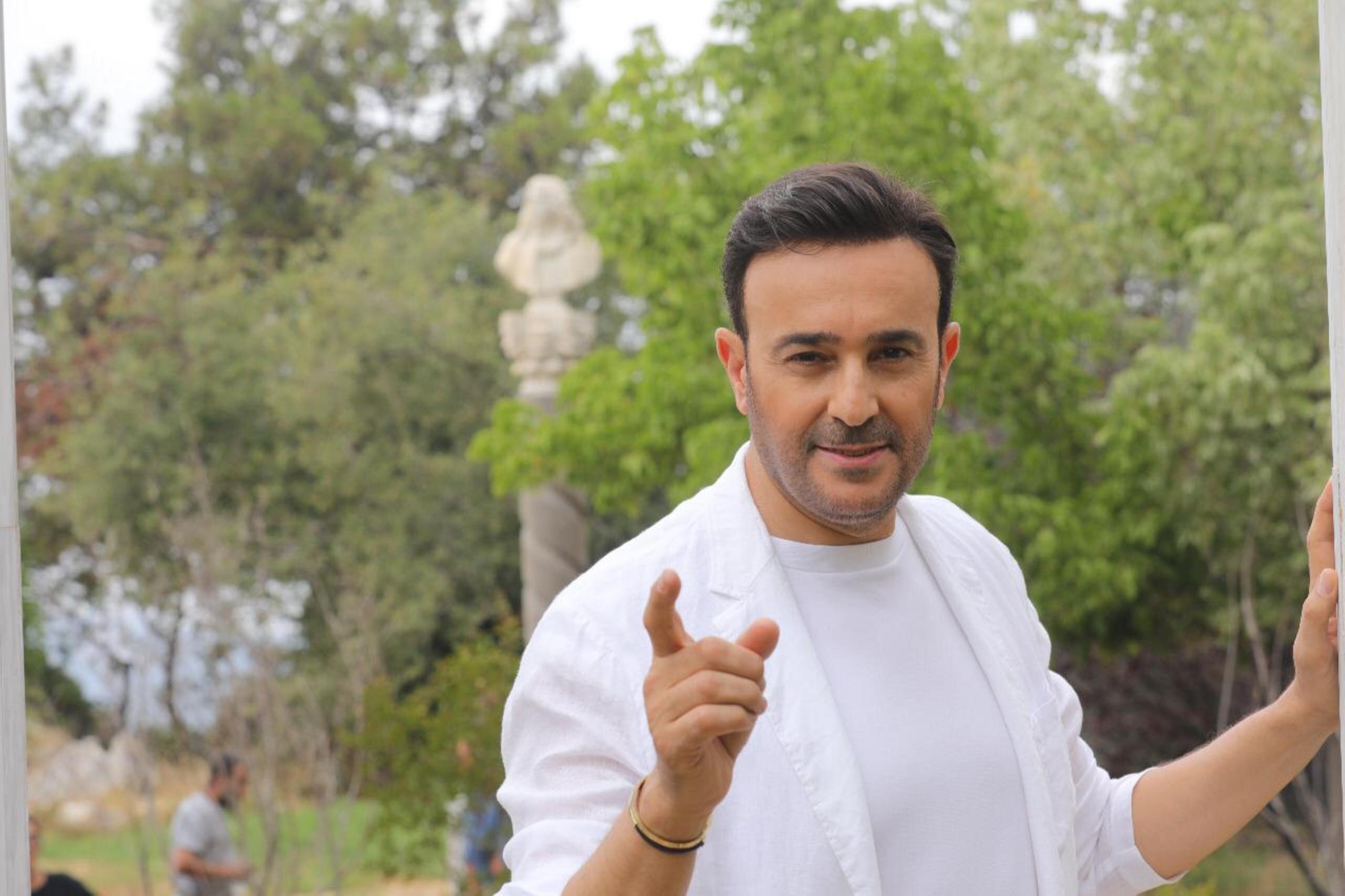 صابر الرباعي خلال تصوير فيديو كليب جريدة الرجل الثاني
