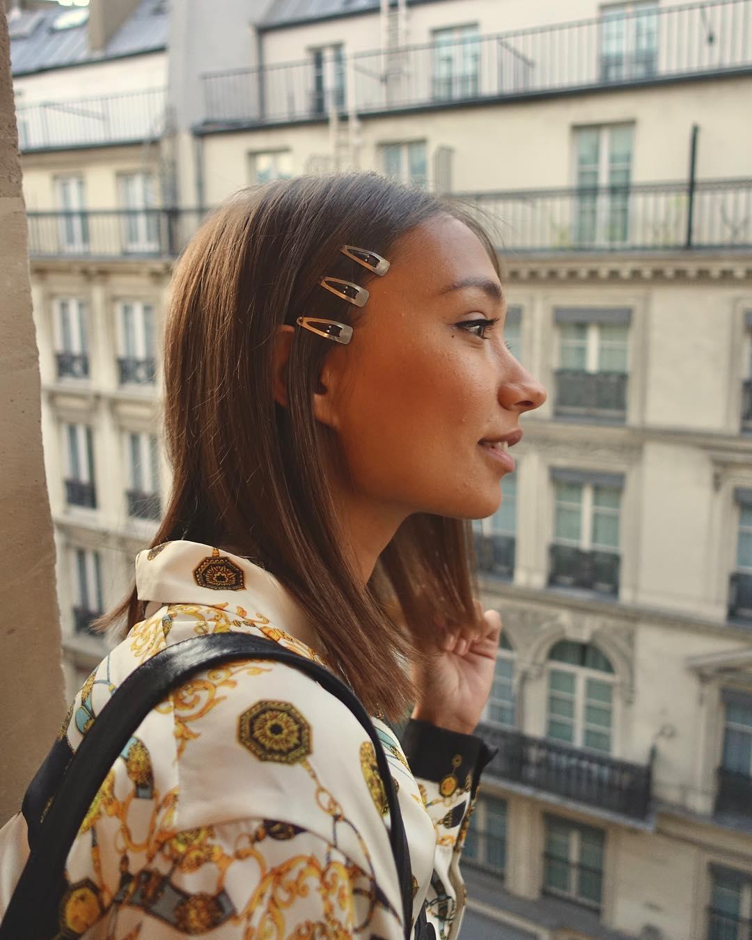 تسريحة الشعر المستقيم المزينة بالمشابك (الصورة من إنستقرام)
