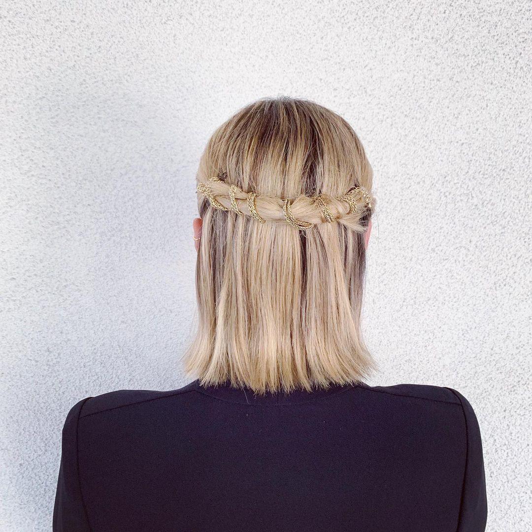 تسريحة الشعر المستقيم نصف المرفوع بسلسلة (الصورة من إنستقرام)