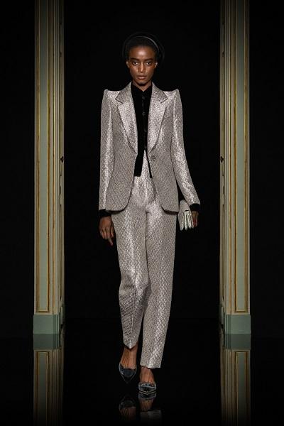 بدلة كوتور باللون الفضي مع أكتاف بارزة من أرماني بريفيه Armani Prive