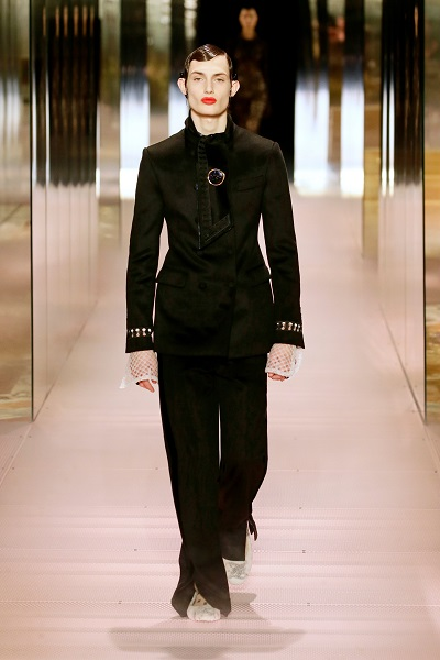 بدلة كوتور سوداء مع بنطلون واسع من فندي Fendi