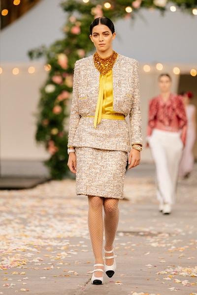 بدلة مع تنورة مستقيمة من شانيل Chanel