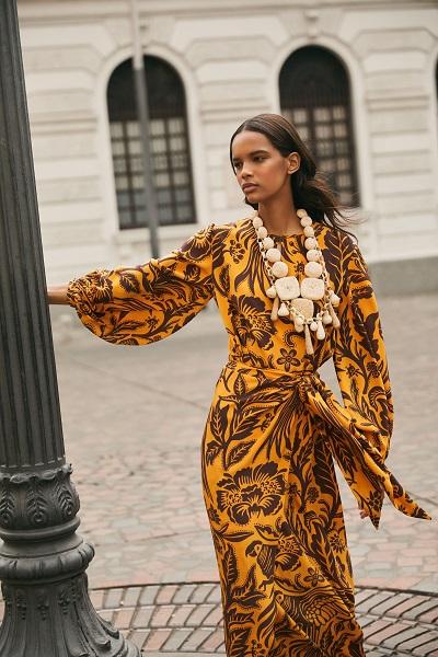 فستان بتصميم محتشم وعصري بأكمام منفوخة والطبعات الاستوائية من جوهانا أورتيز Johanna Ortiz