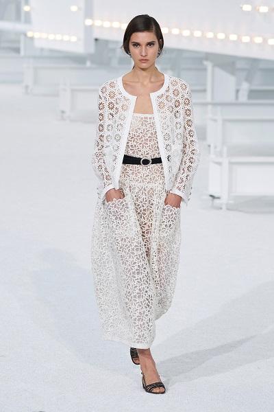 فستان أبيض من الدانتيل من شانيل Chanel