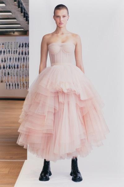 فستان مستوحى من أزياء الباليه من أليكساندر ماكوين Alexander McQueen