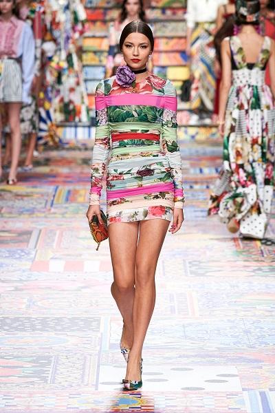 فستان قصير بالنقشات الاستوائية  وطبعات الورود من دولتشي اند غابانا Dolce&Gabbana