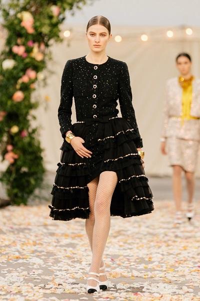 فستان سهرة أسود بتفاصيل ذهبية وتصميم  مستوحى من بدلة التويد من شانيل Chanel