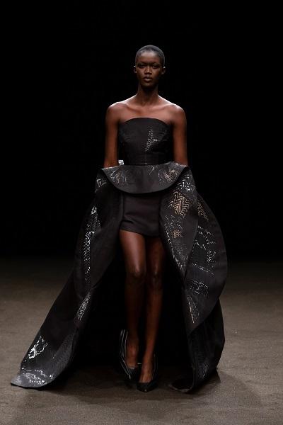 فستان سهرة أسود فاخر قصير من الأمام مع ذيل طويل من آيرس فان هربين Iris Van Herpen