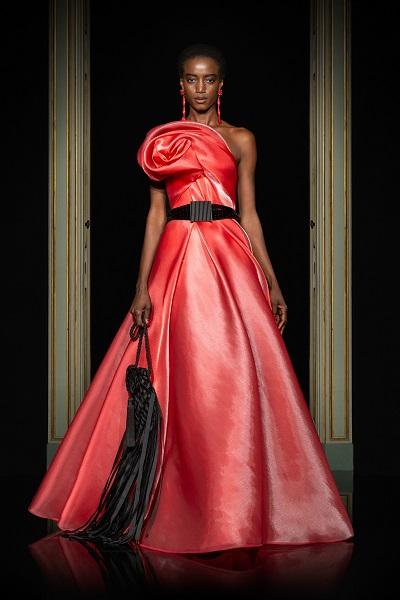 فستان سهرة طويل من القماش اللماع من أرماني بريفيه Armani Prive