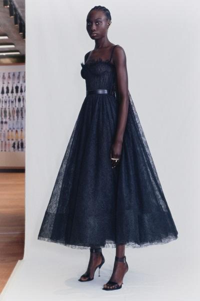 فستان أسود من الدانتيل بقصة أزياء الباليه من أليكساندر ماكوين Alexander McQueen