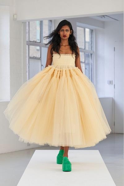 فستان تول مستوحى من أزياء الباليه من مولي غودارد Molly Goddard