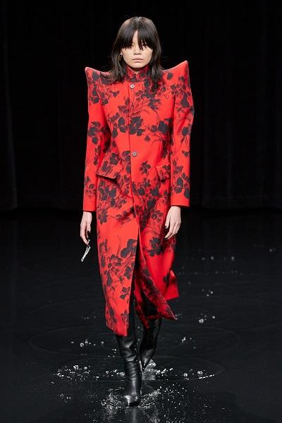 معطف أحمر بطبعات الورود السوداء من بالنسياغا Balenciaga