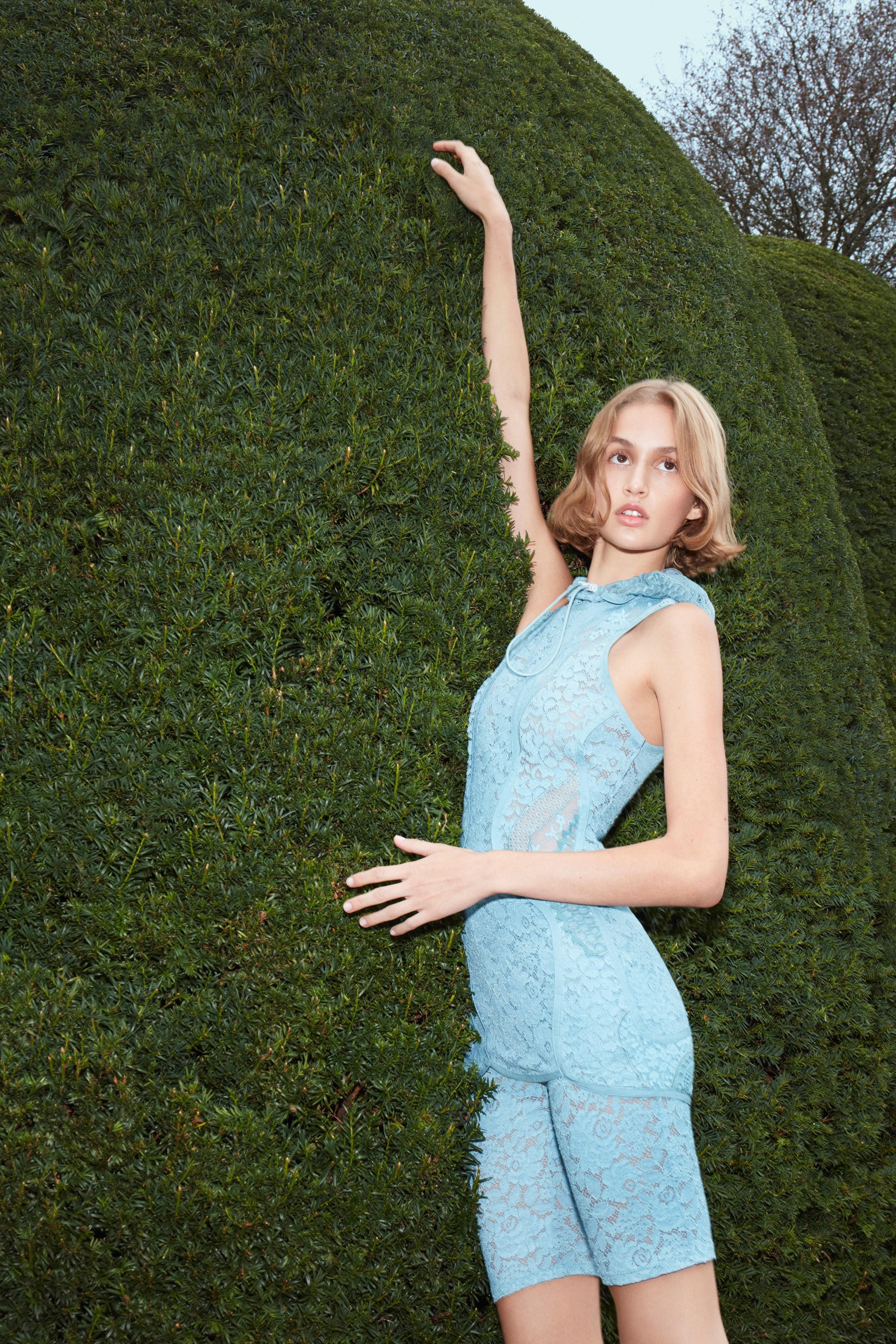 رومبر من الدانتيل الأزرق من ستيلا ماكارتنسي Stella McCartney