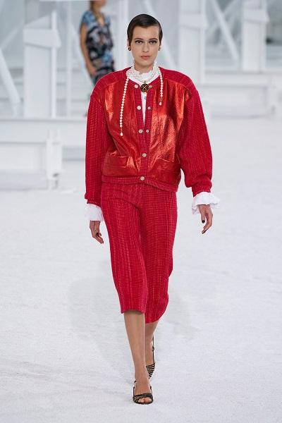 إطلالة بجاكيت وبرمودا باللون الأحمر من شانيل Chanel