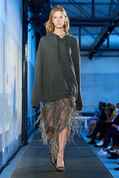 تنورة رمادية بالشراريب مع سويتشيرت من نوميرو فنتونو No.21