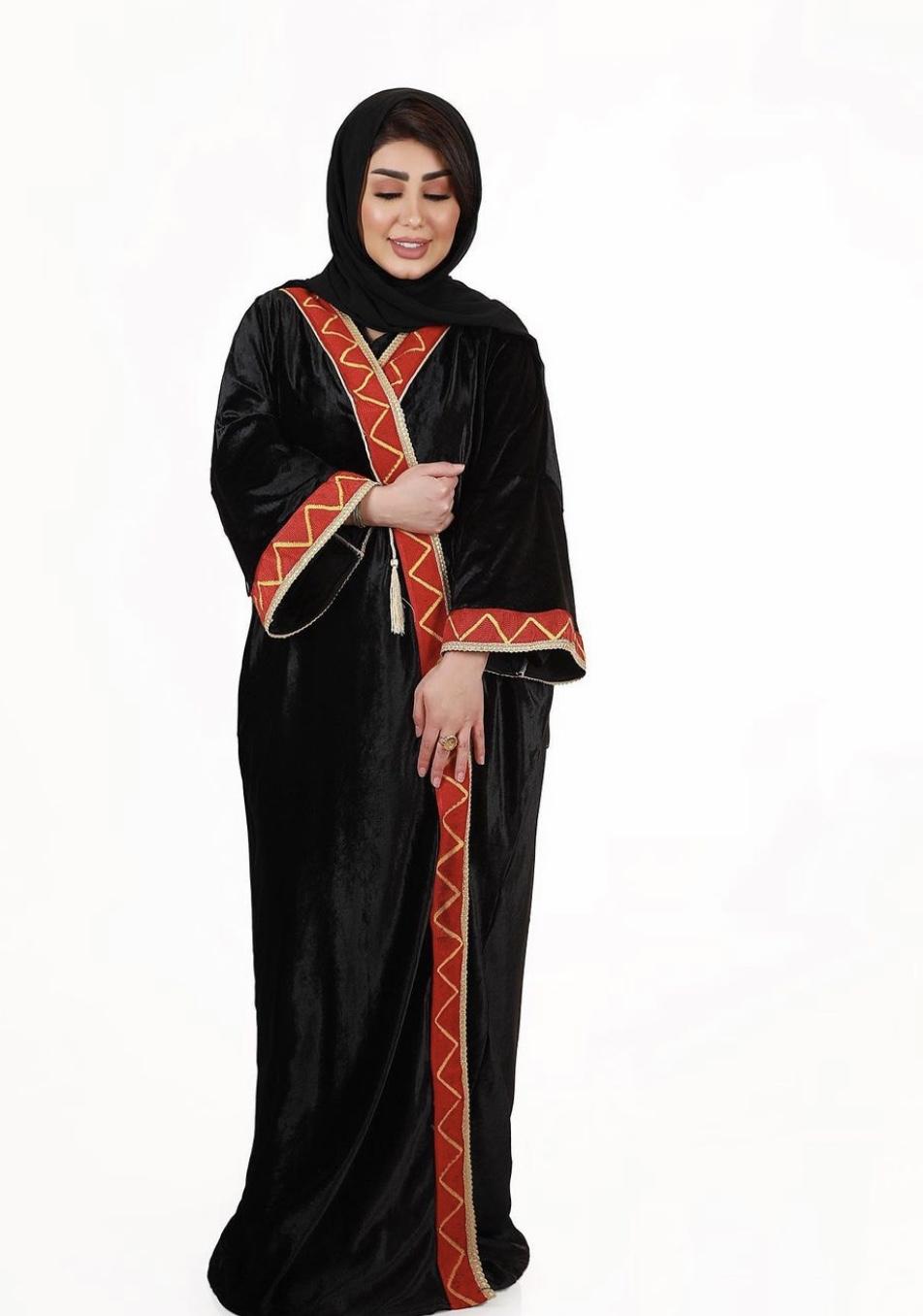 عباية سوداء بتصميم مميز من هنادي الكندري