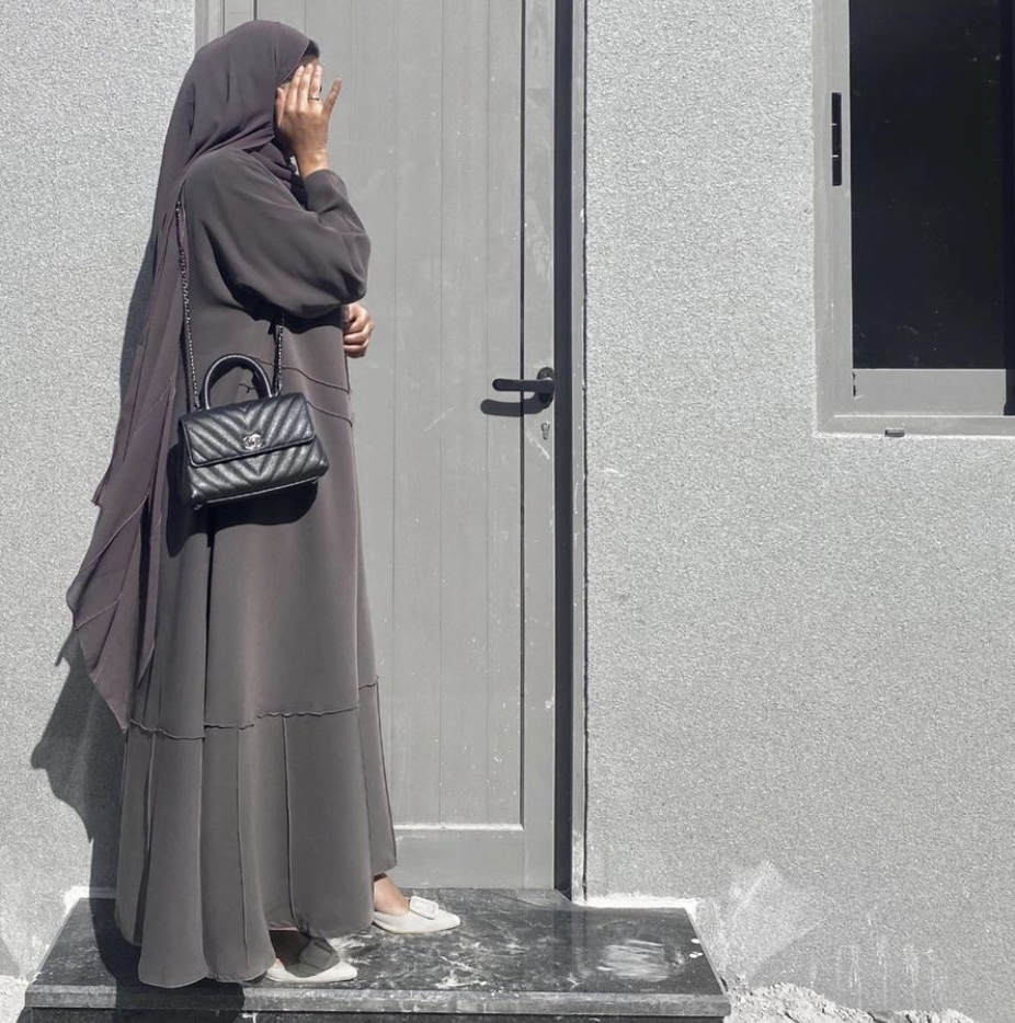 العبايات ذات الألوان الأحادية من مريم التميمي