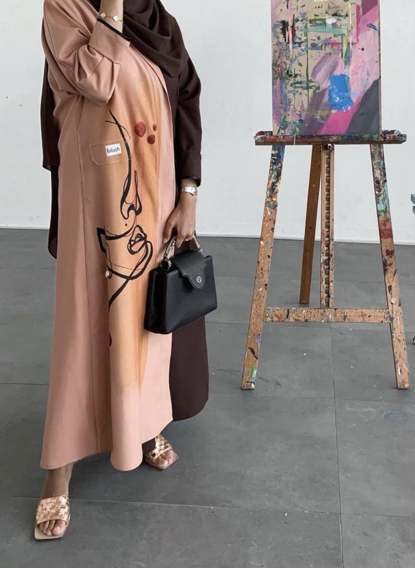 مريم التميمي بعبايات مطبعة ومطرزة