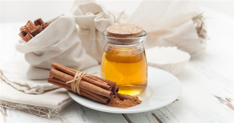 tkbyr lshfyf blqrf wlsl 11 - طريقة تكبير الشفايف بالقرفة والعسل