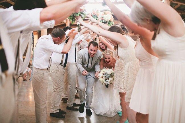تشبيك الأيدي بين وصيفات العروس وأصدقاء العريس