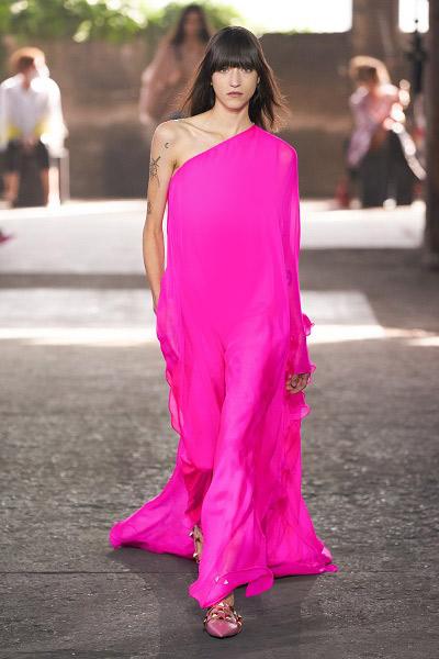 فستان باللون الوردي الحيوي من فالنتينو Valentino