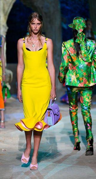 فستان باللون الأصفر من فرساتشي Versace